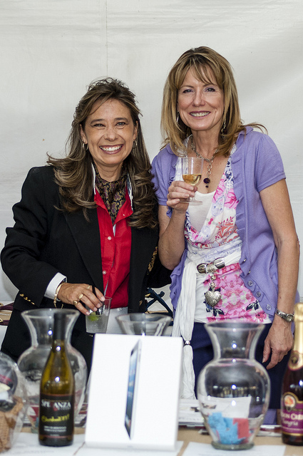 Monika Kerber (l.) and Louise Gardner raffling for Villa Chardonnay @ Temecula Valley Polo Club (c) Crispin Courtenay