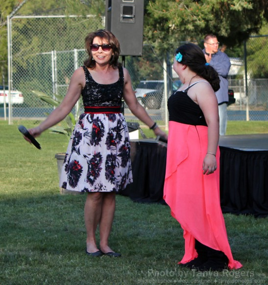 Tammy Wilson (l.) master of ceremonies for An Evening Under the Oaks, 2014 (c) Tanya Rogers